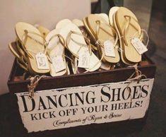 Fui a un casamiento hace unos meses y entregaron pantuflas con el cotillón! Me pareció muy original la idea, sobre todo para las chicas que a las 2 horas de estar bailando, nuestros pies nos piden auxilio!!