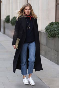 Love this look - jeans, Converse, long black coat and black jumper Street Style Outfits, Mode Outfits, Fashion Outfits, Womens Fashion, Trendy Fashion, Style Fashion, Fashion Week, Spring Fashion, Fashion Trends