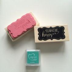 Rubberen ;stempel in diapositief met tekst You Make Me Happy ;in kader op ;houten blok. Dit betekent dat de tekst de kleur van de ondergrond waar het op gestempeld wordt blijft ;en dat het kader de kleur wordt van de inkt die je gebruikt. ;Bestempel je eigen cadeaupapier, kaarten of enveloppen.