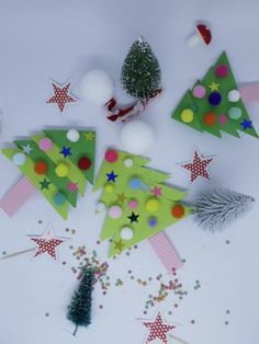 Christmas crafts with children Christmas trees with paper Snowman Crafts, Craft Stick Crafts, Preschool Crafts, Fall Crafts, Halloween Crafts, Kids Christmas, Christmas Crafts, Christmas Ornaments, Christmas Trees