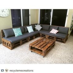 Pallet Outdoor Furniture One of our custom L-shaped day beds. Diy Pallet Couch, Pallet Sectional, Pallet Daybed, Pallet Patio Furniture, Recycled Furniture, Diy Furniture, Pallet Couch Outdoor, Outdoor Seating, Furniture Projects