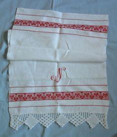 altes Handtuch mit Häkelborte und mit Monogramm bestickt