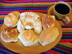 Guatemalan breads and coffee Guatamalan Recipes, Food From Different Countries, Guatemalan Food, Baked Rolls, Guatemala City, Pan Dulce, Bread And Pastries, Tamales, Quesadilla