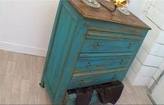 Une commode récente devient ancienne : mode d'emploi // http://www.deco.fr/actualite-deco/260870-commode-ancienne-patine-bleue-customiser.html
