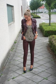burgundy jeans {outfit inspiration} #jeans #fashion For more tips + ideas, visit www.makeupbymisscee.com