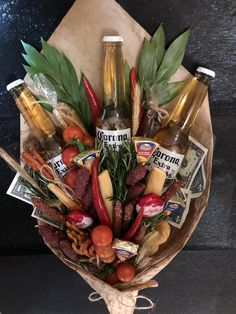 birthday present ideas for friends Food Bouquet, Man Bouquet, Father Presents, Birthday Presents, Beer Gifts, Diy Gifts, Edible Bouquets, Sweet Box, Holiday Activities