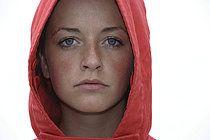 Junge Frau mit roter Kapuze, Porträt, Deutschland