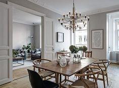 Jag fastnade för den här lägenheten på omtyckta Prinsgatan i Göteborg. Inte bara för att de har Trendenser & Friends konst på väggarna utan för att det finns en fullt fungerande kakelugn, balkong med