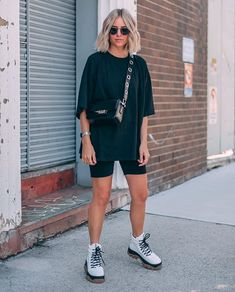 street style addict / crossbody bag oversized tee cycling shorts boots 40 Trendy Summer Outfits We're Totally Obsessed With Summer Shorts Outfits, Trendy Summer Outfits, Short Outfits, Casual Outfits, Biker Outfits, Outfit Summer, Summer City Outfits, Shorts Ootd, Rainy Outfit