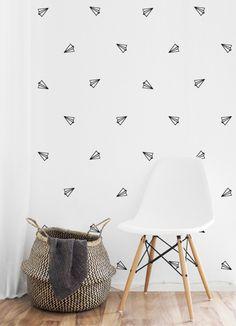 Zwart-wit behang Paper planes Fris en eigentijds wit behang met zwarte afbeelding van gevouwen vliegtuigjes om de stoerste, leukste, liefste (kinder)kamers vorm te geven. Het vliesbehang van Studioirisvantricht is in twee formaten verkrijgbaar: Baan van 2,80 meter hoog met een breedte van 48,7 cm €21,50 per baan Rollen van 10 meter met een breedte van 48,7 cm €66,- per rol