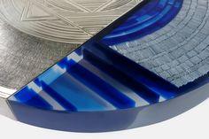 Armand Jonckers (né en 1939) Table Maillechort et résine transparente, avec inclusions d'aluminium et stries, de résine bleues Signée Date de création : 1982 H 36,5 × Ø 122 cm