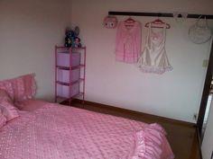 pieza con espacio para colgar ropa kawaii