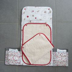 Baby changing pad -Changing nomadic rugs - For my lovely kids Baby Couture, Couture Sewing, Sewing Hacks, Sewing Projects, Diy Diapers, Diy Bebe, Baby Burp Cloths, Creation Couture, Baby Sewing