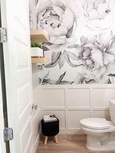 40 Powder Room Ideen, um Ihr halbes Bad Jazz Can we add this wallpaper to the wall behind the master toilet? Powder Room Paint, Blue Powder Rooms, Powder Room Wallpaper, Modern Powder Rooms, Powder Room Decor, Powder Room Design, Home Wallpaper, Small Powder Rooms, Wallpaper Toilet