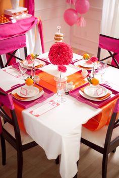 Me encanta el detalle de las naranjas en esta mesa rosa y naranja! / Love the detail of the oranges decorating the plates at this pink and orange table!