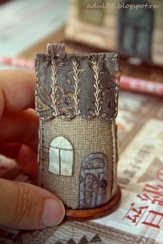 Japanese house - MINI Cover for a small sewing kit? Fabric Art, Fabric Crafts, Sewing Crafts, Sewing Projects, House Quilts, Fabric Houses, Embroidery Stitches, Hand Embroidery, Needle Book