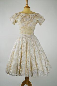 lace-wedding-dresses-vintage-16.jpg (900×1356)
