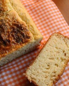 Pão de Arroz - #SemLactose #SemGluten Sem Soja Fonte:receita cedida pela Adriana Pantaleão  1 xíc. (chá) de arroz cru 4 ovos 1 caixa (200ml) de creme de leite arro 1/2 xíc. (chá) de azeite de oliva 1 c. (chá) de sal 1 c. (sopa) de fermento químico em pó  1. Deixe o arroz de molho na água por 4 horas. 2. Escorra o arroz e bata no liquidificador com os demais ingredientes (menos o fermento). Quando estiver homogêneo acrescente o fermento e dê uma leve batida. 3. Asse em forno médio…