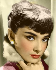 audrey hepburn~thick eyebrows and short bangs. Golden Age Of Hollywood, Vintage Hollywood, Hollywood Stars, Classic Hollywood, Style Audrey Hepburn, Audrey Hepburn Eyebrows, Audrey Hepburn Bangs, Mode Rose, Beauty And Fashion