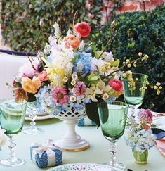 Floral designer Sybil Sylvester of Wildflower Designs drew her color inspiration from the lively dessert plates. Spring Flower Arrangements, Flower Arrangement Designs, Spring Colors, Spring Flowers, Wild Flowers, Centerpieces, Table Decorations, Daffodils, Designs To Draw
