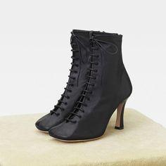 e6dcac7ba204 Pointues, blanches, lacées... Les chaussures de la rentrée se prennent de  passion pour la sophistication