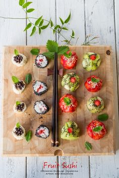 Fruit Sushi (Apron and Sneakers - Cooking & Traveling in Italy) Sushi Recipes, Raw Food Recipes, Asian Recipes, Cooking Recipes, Fruit Sushi, Fun Fruit, Vegan Sushi, Sweet Sushi, Gula