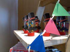 Tubetes com Confeti decorados com cartola e bigode de mágico, fofos demais para compor os personalizados do tema.