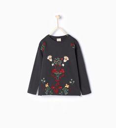 Image 1 de T-shirt brodé de fleurs de Zara