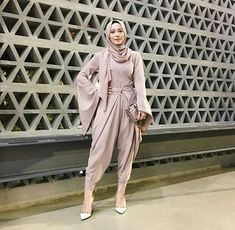 The Hijab Fashion Trend For Spring 2018 Everyone Is Already Googling Jumpsuit Hijab, Hijab Gown, Hijab Dress Party, Hijab Style, Hijab Chic, Muslim Fashion, Modest Fashion, Chic Outfits, Fashion Outfits