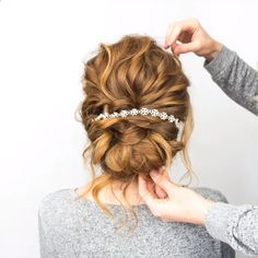 Do you wanna learn how to style your own hair? Well, just visit our web site to seeing more amazing video tutorials! #hairtutorials #braidtutorials #hairvideo #videotutorial #updotutorials