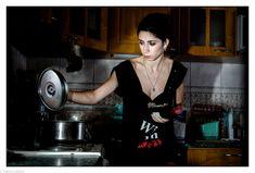 Jeune femme entrain de surveiller son repas. #cuisine #photographie