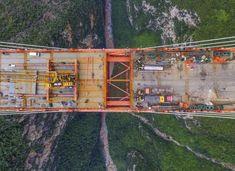 Está previsto que este puente, llamado Beipanjiang y situado entre las provincias chinas de Yunnan y Guizhou, esté operativo a finales de año. En la imagen, los ingenieros chinos unen las dos partes de lo que es el puente más alto del mundo.