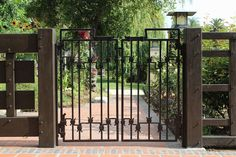 Deciding a gate design for small house often gets perplexing. Get some beautiful simple gate design ideas that would make your house look gracious. Metal Garden Gates, Metal Gates, Wrought Iron Fences, Garden Doors, Metal Fence, Wooden Fence, Simple Gate Designs, Modern Driveway, Gates And Railings