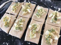 Sykt godt hvitløksbrød med ostebomber - Franciskas Vakre Verden Baking Tips, Fresh Rolls, Food Inspiration, Feta, Mozzarella, Tapas, Food And Drink, Pizza, Lunch