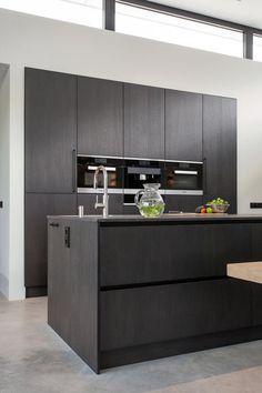 Open Plan Kitchen Living Room, Home Decor Kitchen, Kitchen Furniture, Kitchen Interior, Kitchen Wood Design, Luxury Kitchen Design, Fancy Kitchens, Home Kitchens, Mid Century Modern Kitchen