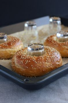 Perfekte Bagels ganz ohne teures Zubehör! In diesem Rezept zeige ich dir, wie deine Bagels endlich wunderbar rund und lecker werden. Von bäckerina