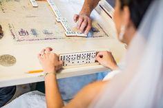 Bruidsfotografie, bruid speelt spelletje domino in een park #bruidsfotograaf #bruidsfotografie Dario Endara