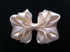 Moño con flor Kanzashi - YouTube
