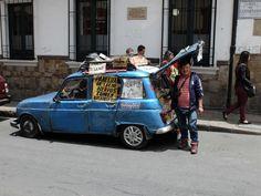 Bogota - Jolie fin de vie pour une 4L qui fut l'une des voitures les plus populaires de la Colombie avant l'invasion japonaise.
