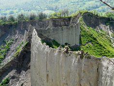 I calanchi di Civita di Bagnoregio, le suggestive formazioni rocciose che spengono il verde delle campagne della Tuscia