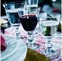 Cristalería de 48 piezas en cristal Sévres soplado. Los maestros vidrieros de Sèvres que controlan la calidad de sus productos aseguran utilizar tres criterios para ello: la perfección a la vista, el sonido exacto al oido y por último, la aprobación del alma.