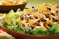 Une copieuse salade étagée, assez élégante pour la visite et assez simple pour un souper de semaine.