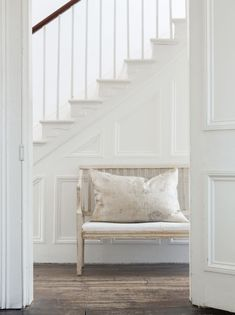 home decor art Staircase In Living Room, Shades Of White, Old And New, Neutral Colors, Modern Farmhouse, Sweet Home, Entryway, Stairs, Au Natural