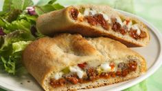 Easy Stromboli Recipe DESCRIPTION For a delicious variation on pizza, roll up favorite Italian ingredients in a Pillsbury pizza crust. lean ground beef 1 can Pillsbury® refrigerated classic pizza crust 1 Stromboli Recipe, Sammy, Pillsbury Recipes, Pillsbury Dough, Dinner With Ground Beef, Good Food, Yummy Food, Ground Beef Recipes, Mozzarella