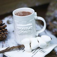 HANNEKE, STAGIAIR MARKETING & COMMUNICATIE. Op een koude avond is het heerlijk om op de bank te zitten met een grote mok warme chocolademelk, waarbij de slagroom niet mag ontbreken. De Chocolate Mug is veelzijdig; je kunt het voor een soepje gebruiken, of er gewoon thee/koffie in doen. Maar chocolademelk uit de Chocolate Mug is pas écht chocolademelk! Knitting is Fun Mug € 10,95 - Knitting is Fun Chocolate Mug € 11,95