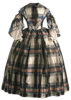 Oh how I love plaid ca. Polychrome silk taffeta Drawing pictures and decoration printing Ribbons with ikat. Museum of Costume, CIPE, Madrid. 1850s Fashion, Victorian Fashion, Vintage Fashion, Plaid Fashion, Victorian Era, Womens Fashion, Vintage Gowns, Vintage Outfits, Civil War Fashion