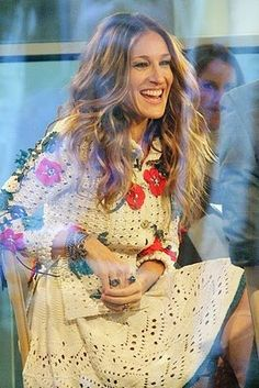 Sarah Jessica Parker is one of 25 celebrities in this post that were caught sporting crochet! Me encantaría poner en ese brazo un Semanario OTR Carrie Bradshaw Estilo, Celebrity Dresses, Celebrity Style, Sarah Jessica Parker Lovely, Carrie And Big, Style And Grace, My Style, Jenifer Lawrence, Crochet Clothes