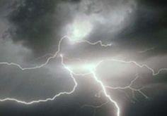 ओडिशा में खुरदा जिले के जरीपाडा गांव में आज बिजली गिरने से छह लोगों की मौत हो गई और 12 झुलस गए। पुलिस ने बताया कि कुछ युवक क्रिकेट