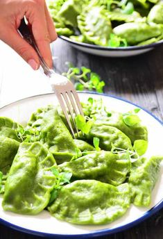 Przepis na Super zielone pierogi ze szpinakiem faszerowane pieczarkami - MniamMniam.com Dumpling Recipe, Dumplings, Cooking Recipes, Healthy Recipes, Polish Recipes, Pasta Dishes, Easy Meals, Food And Drink, Healthy Eating