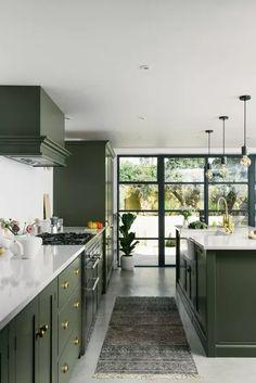 Olive Green Kitchen, Green Kitchen Walls, Stairs Kitchen, Shaker Kitchen, New Kitchen, Kitchen Decor, Green Kitchen Inspiration, Design Hotel, Home Design